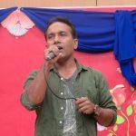 গান পরিবেশন করছেন শিল্পী বাদল