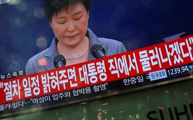 People+watch+a+television+broadcast+of+a+news+report+on+President+Park+Geun-hye+releasing+a+statement+to+the+public+in+Seoul,+South+Korea